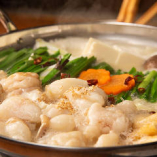 【じっくり煮込んだスープが肝】スープは国産豚ガラをベースにして丸1日かけて煮込んで作り上げます!そこにプリップリのもつ、ニラや長ネギなどの野菜の旨味が溶け合い、まろやかで濃厚な味わいに!