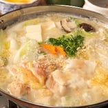 【大山鶏のとり鍋】国産豚ガラベースのスープで作る野菜とお肉の旨味たっぷり『自家製スープ大山鶏のとり鍋』!柔らかでジューシーな鶏肉、自家製スープをたっぷり吸いこんだお野菜をお楽しみください。
