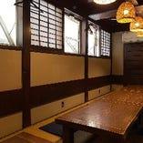 仕切り付きの席&少人数向け半個室あり、しっかりと間隔を空けてご案内