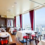 【テーブル席】開放的な2面の窓から見える東京の景色を眺めながら…
