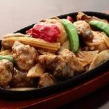 カキと季節野菜の黒胡椒鉄板炒め
