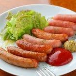 パリッとした皮の食感とジューシーな肉の旨味が人気のウィンナー盛り合わせ