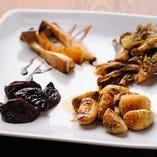 お替りを頼む方もいるほどの人気メニュー『4種のキノコの鉄板焼き』。キノコそれぞれがもつ味を大切に、味付けを変えた調理の仕方で、4つの味を楽しめる一品。