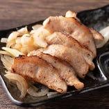 脂の甘味が味の決め手の『豚トロステーキ』