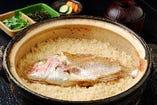 天然鯛を豪快に丸ごと一匹使い 土鍋で炊き上げる「鯛めし」