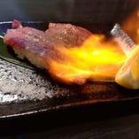 人気メニューの一つ、炙り肉寿司。お肉の甘みを味わって!