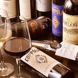 ソムリエが厳選したお肉に合うワインは常時約10種をラインアップ