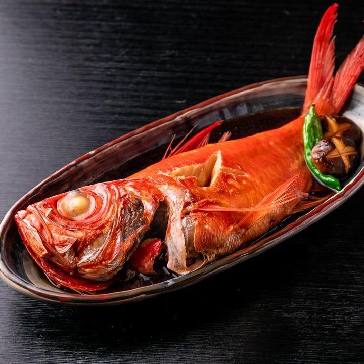丸ごと一匹使用した看板メニューの煮付は煮汁との相性も抜群です