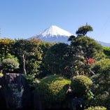 当店から望む雪化粧の富士山