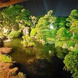 夜の庭園も趣があります。