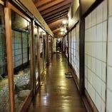 当店の縁側廊下は昔『うぐいす張り(鳴く廊下)』でしたが、多くの人が歩いたことで、現在では鳴らなくなっています。