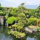 個室から富士山を望む緑豊かな庭園を眺められます。