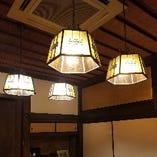 優しく落ち着いた雰囲気を演出するレトロな照明にもご注目ください。