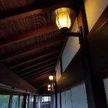 レトロな電灯の明かりに心癒されます。