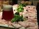 人気の生ハムてんこ盛りとクラフトビール