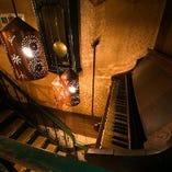 階段をのぼるとレトロなピアノと灯りがお出迎え♪