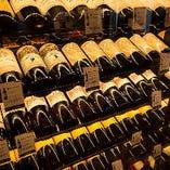 壁一面にズラリと並ぶ約500本のワイン