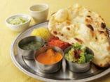 インドの定食は、18種類のカレーから2つ選択!辛さも調節可能◎