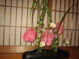 店内至る所に生け花を飾っております