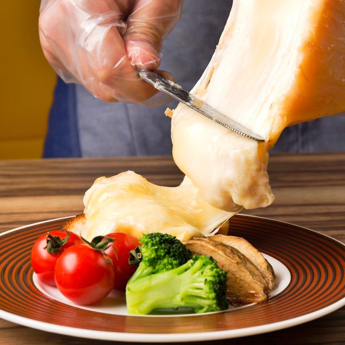 専用のオーブンで溶かしたラクレットを目の前で削ぎ落とします!