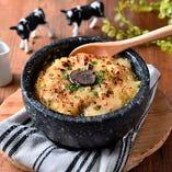 チーズ屋さんの石焼濃厚ラクレットリゾット~黒トリュフ風味~