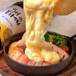 厚切りベーコンとソーセージのラクレットチーズ