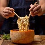 チーズの器に閉じ込めた、濃厚チーズパスタ♪