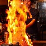 鰹の藁焼きは漁師風に塩で、和牛や明石タコの炙りも絶品です