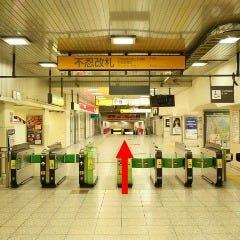 ①JR上野駅不忍改札を出て不忍口方面へまっすぐ進みます。