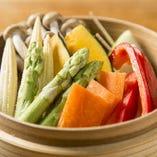 色艶が良く新鮮な野菜は「旬の野菜のせいろ蒸し」で堪能