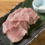 白トリュフ塩で食す「熟成牛ステーキ」はまさに至福の味わい♪