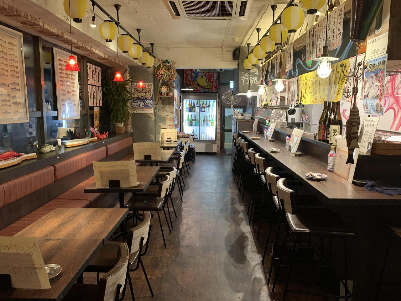 開放的な空間で自慢の魚料理を堪能!