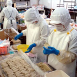 生つくねは自社生産工場で毎日手ごねしています。