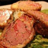 トマトとチーズを豚肉で巻いて揚げた「心ッケ」は当店人気No.1!