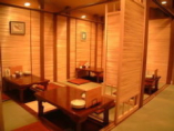 1階囲の炉裏風個室。最大30名の宴会可能