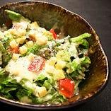 温玉とアボカドのシーザーサラダ
