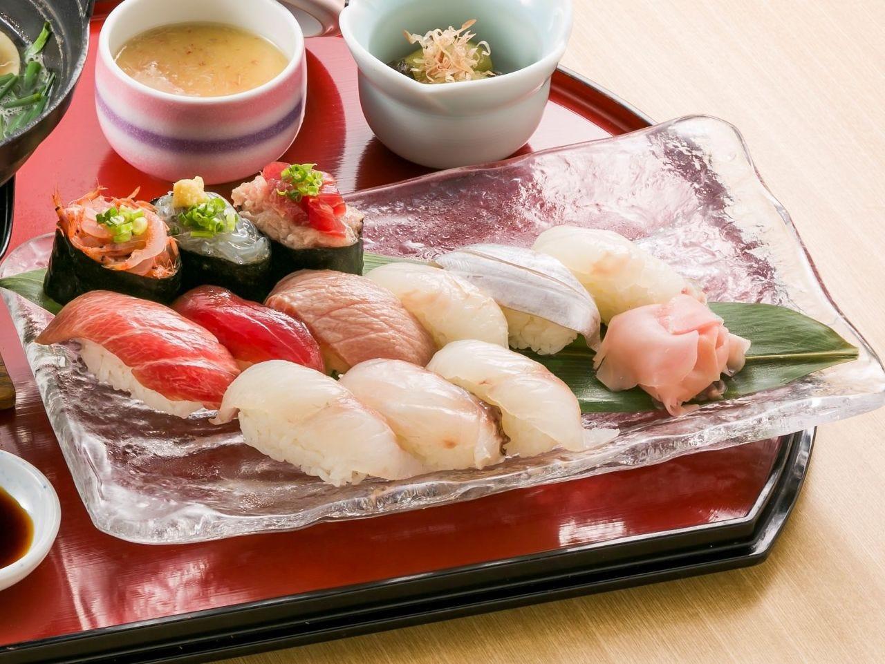駿河湾の魚介等を盛り込んだ名物料理