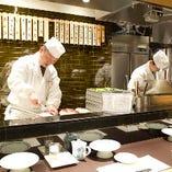 目の前で職人が揚げる天ぷらは音や香りもお楽しみいただけます