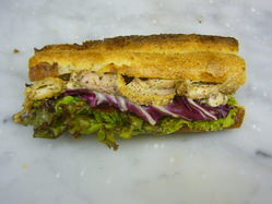 自家製ローストチキンをふんだんに使用した、新作サンドイッチ