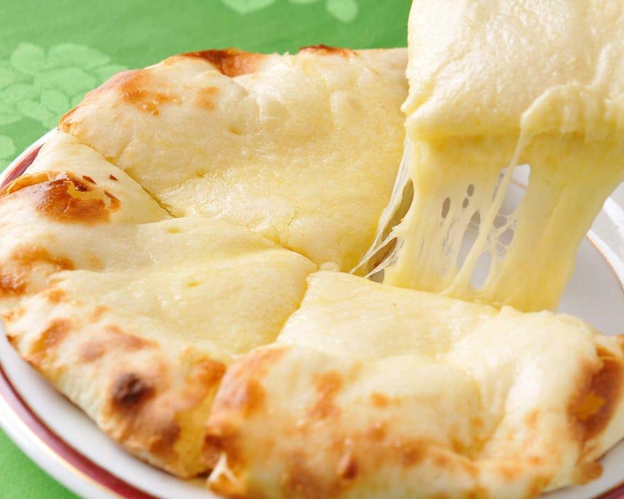 タンドールで焼いたチーズナン♪