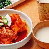 本格的な韓国料理も人気!特製マッコリと合わせてお楽しみを
