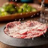 チーズかけ放題ローストビーフユッケが500円の特別価格で!