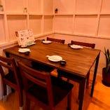 木のぬくもりを感じるテーブル席【宴会/飲み会/女子会/パーティ/デート/ランチ】