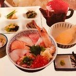 全国各地の漁港から毎朝仕入れる新鮮な魚介の海鮮丼