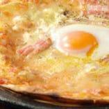 注文を受けてから一枚一枚焼き上げる自慢のピザは必食!