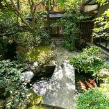手入れされた築庭は風情があります