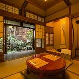 いくつかのお部屋は襖仕切りの個室となっておりますが、他のお部屋と距離のある、完全個室も複数ご用意しております