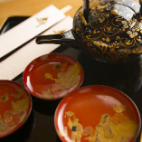 慶事・法事のお食事にも広くご利用いただいております。 会席料理とお弁当は仕出しも承ります。