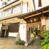 創業100年を数える老舗日本料理店。京都で時を刻んできた風格があります