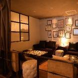 カーテンで仕切る半個室のソファー席